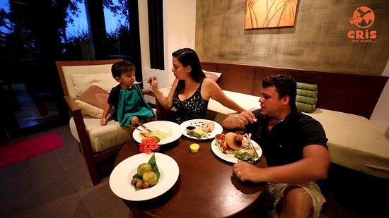 Crown Lanta Resort & Spa: Nossa suíte tinha sala com ótima para pedirmos comida no quarto.