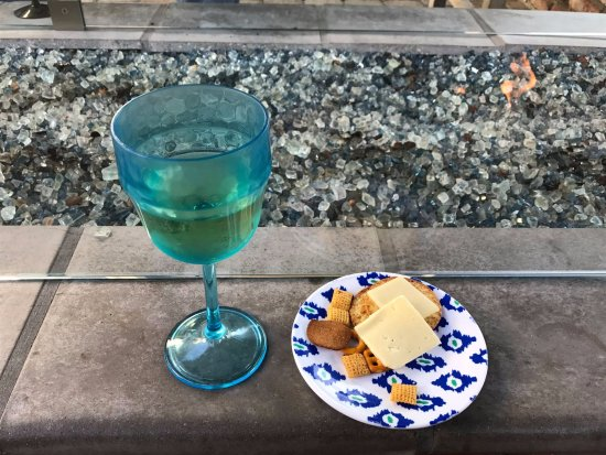 Lamp Lighter Inn & Sunset House Suites: Wine & cheese at one of the fire pits