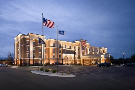 Hampton Inn & Suites Saginaw: Hotel Exterior at Dusk