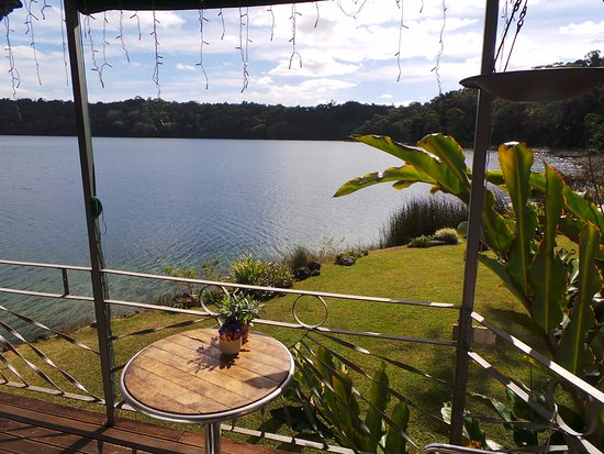 Yungaburra, Australia: Beautiful lake views and manicured lawns.