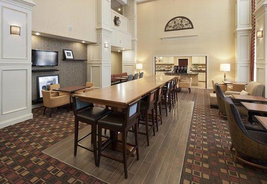 Hampton Inn & Suites Texarkana : Communal Table