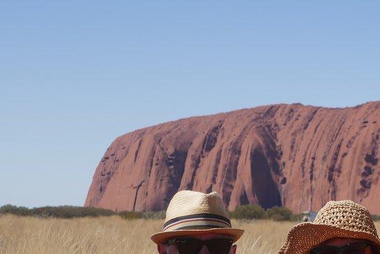 Yulara, Austrália: us with the rock behind
