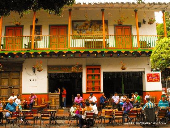 El parque de Sabaneta Antioquia es un lugar muy ameno y familiar donde las personas se pueden re