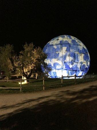 Gavorrano, Italia: La scultura all'esterno e illuminata