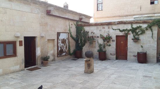 Fresco Cave Suites & Mansions: Courtyard on the second floor