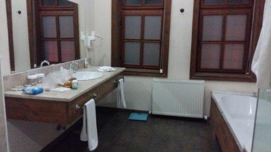 Fresco Cave Suites & Mansions: Spacious bathroom