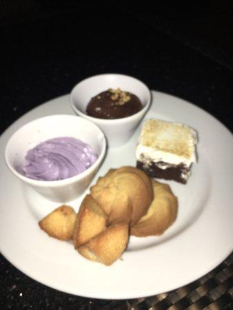 Voici des photos du buffet et des plats servis aux deux autres restaurants du complexe compris d