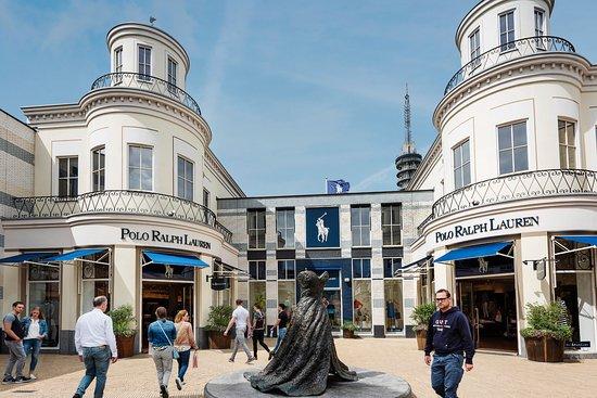 Lelystad, Niederlande: Polo Ralph Lauren around the corner of Michael Kors