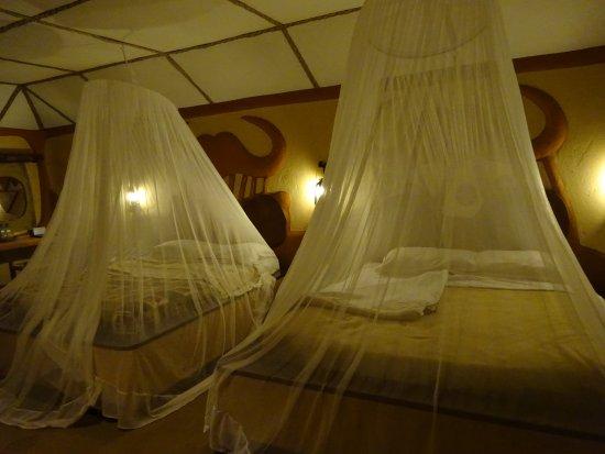Amboseli Sopa Lodge: 蚊帳を張った後(夕食後部屋に戻るとこの状態になってます)