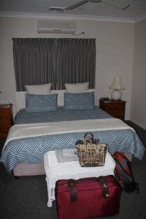 Batemans Bay Manor - Bed and Breakfast : King size bed in our room