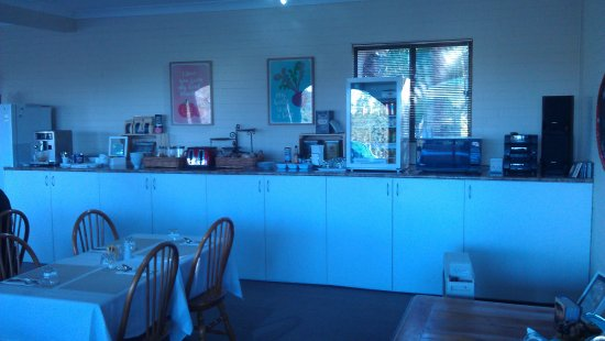 Batemans Bay Manor - Bed and Breakfast : Beautifully appointed breakfast dining area