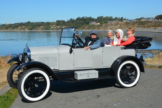 Classic Car Tours: Sight-seeing at the ocean