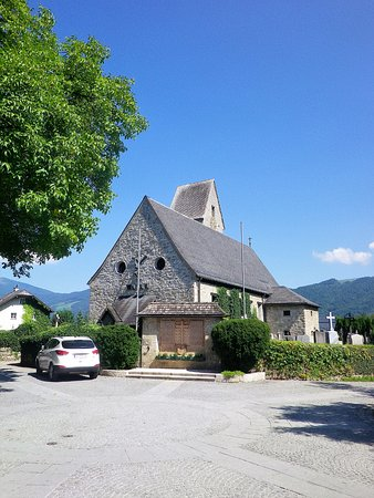 Anif, Austria: La vista della chiesa dal piccolo piazzale antistante.