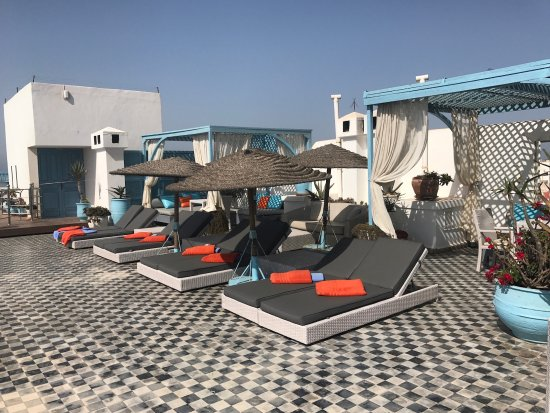 L'Heure Bleue Palais : rooftop lounge next to pool