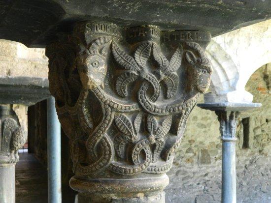 Collegiata dei Santi Pietro e Orso: particolare di una colonna