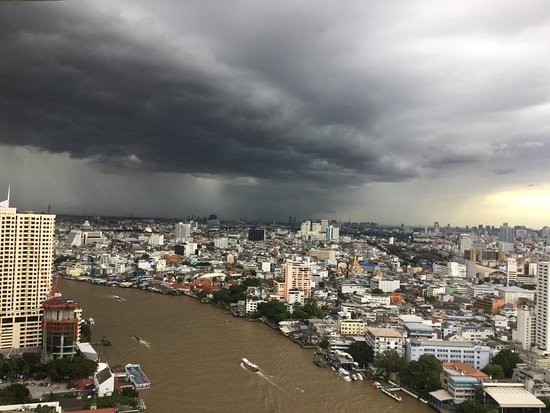 Millennium Hilton Bangkok : A stormy view from the Executive Lounge