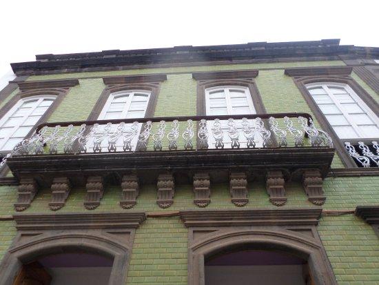 Residenza storica di Teror, con balcone con balaustra in ferro e facciata piastrellata