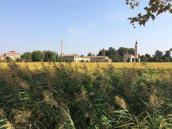 Mogliano Veneto, Italy: La filanda, la chiesetta, il piccolo convento: paesaggio intatto