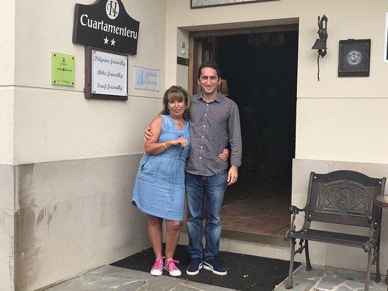 Poo de Llanes, España: Con Luis uno de los propietarios del cuartamenteru