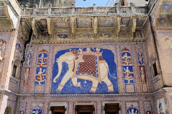 Fatehpur, Индия: The front facade gives a small hint to the interior