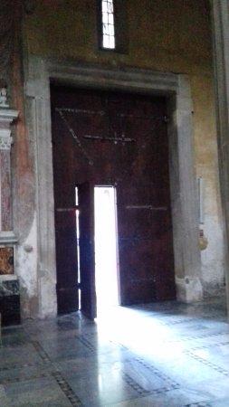Basilica di Santa Sabina: Puerta de entrada desde el interior