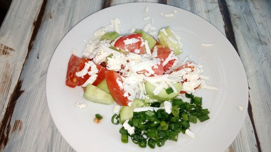 Lozenets, Bulgarije: Shopska salad; cucumber, tomatoes, peppers, onion and grated goat's cheese