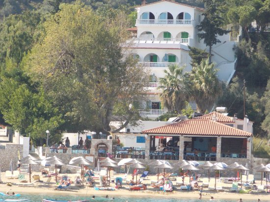 Achladies Apartments: Apartments are on the beach with Taverna in between