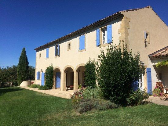 Rognes, Frankrig: le mas Saint Michel ouvre sur une immense pelouse