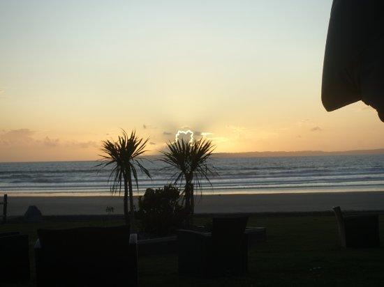 L'Oasis: Un magnifique coucher soleil de la salle à manger.