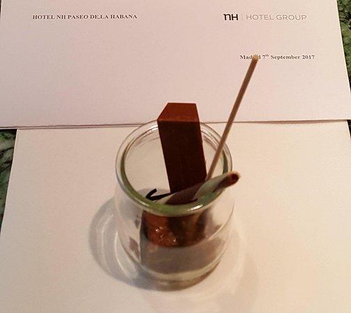 NH Madrid Paseo de la Habana: cioccolatini omaggio all'arrivo in camera