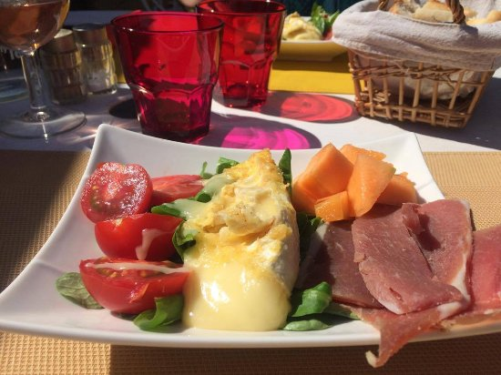 Evenos, Francja: l'entrée avec camembert fondu.... miammmmmmmmm