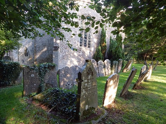 Lower Oddington, UK: Churchyard with old graves