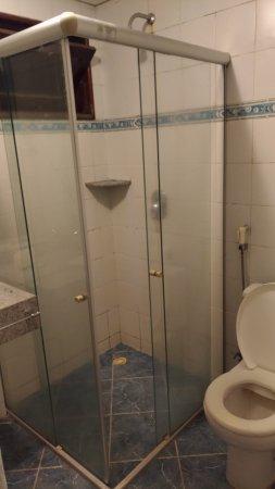 D Beach Resort: Hotel horrível, paredes moradas, quarto com cheiro de mofo, armários mal planejados cujas portas