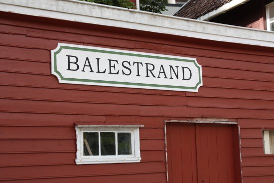 Balestrand, Noruega: The classic colour of building with the Ferry stop