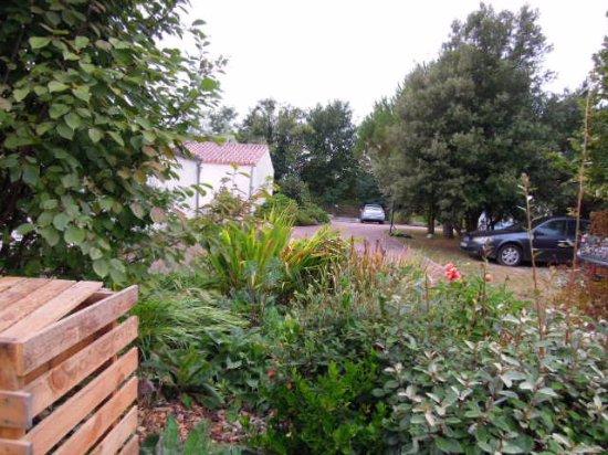 Saint-Julien-des-Landes, Frankrijk: places de stationnement à l'intérieur de la propriété.