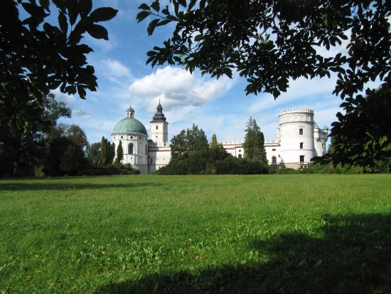 Pologne du sud, Pologne : Krasiczyn Castle viewed from the surrounding park