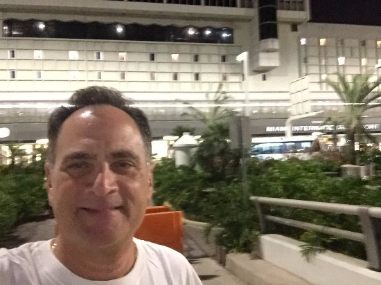 Miami International Airport Hotel: Mee out front