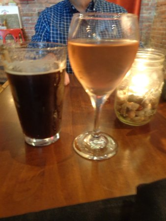 Hudson, État de New York : Our drinks, a dark ale, and a rose wine