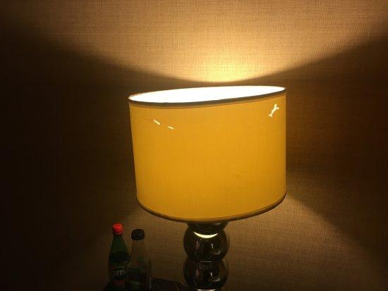 Berkeley Oceanfront Hotel: Beat up lamp