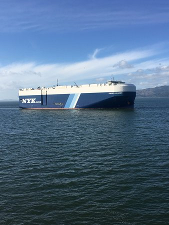 Cannery Pier Hotel: Container ship coming up the Columbia