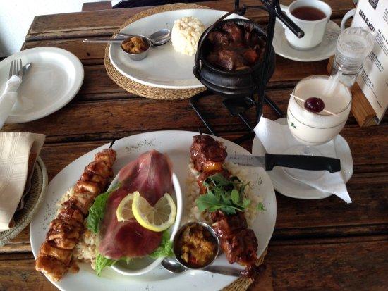 Sabie, Afrika Selatan: Bottom dish - SA Meat Mezzo. Top dish - springbok potjie