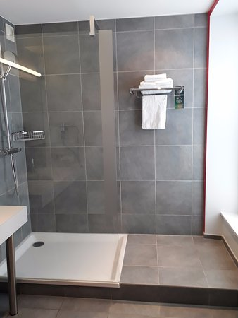 Salle de bain - chambre standard n° 205 - Bild von Hotel Mercure ...