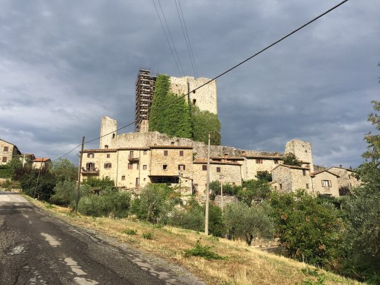Agriturismo Rocca di Pierle : The village of Rocca di Pierle in the evening, with the castle held together in scaffolding.