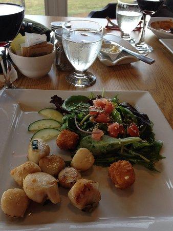 Westport, كندا: Salad with scallops