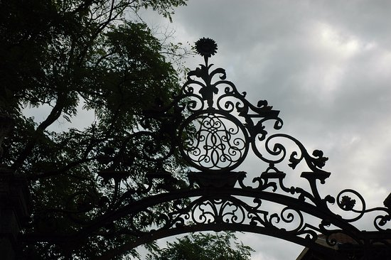 Ouroux, Francia: Вензель на воротах