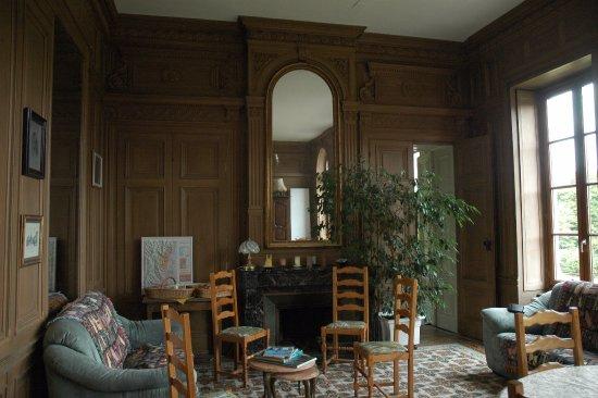 Ouroux, Francia: Часть обеденного зала с мраморным камином