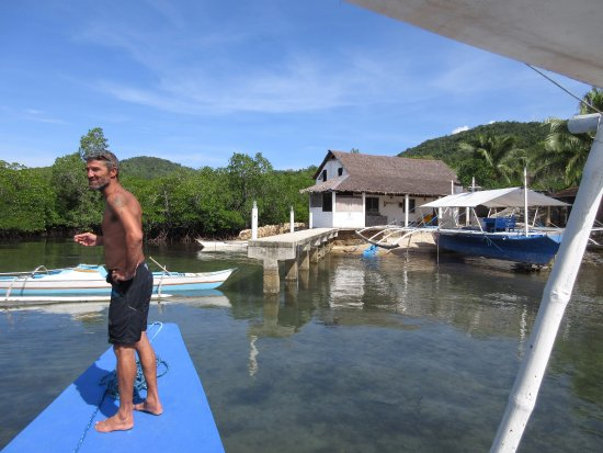 Chindonan Island, Philippinen: Our dive master, Sean and the resort's dive shop.