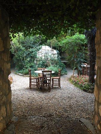 Hotel Empress Zoe: Breakfast garden