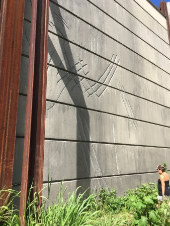 Kualoa: dinos scratches on the wall - Jurassic World