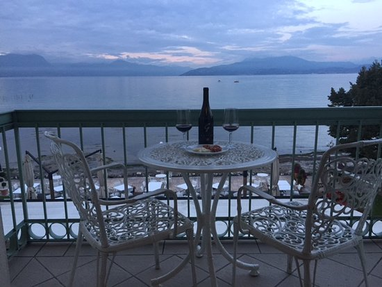 Lugana Parco Al Lago: Weather was a bit stormy but we enjoyed some wine and snacks on the balcony anyway!